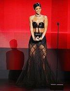 Rihanna fotografům pózovala v úchvatných šatech od Gaultiera