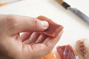 1. Čerstvé ryby si nakrájejte na tenké plátky, krevety rozkrojte a rozložte do tenkého plátku. Ocásek znich neodkrajujte, sice se nejí, ale působí dekoračně.