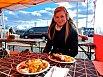 Adéla vzala svou sestru i na typické finské jídlo. Společně ochutnaly například sobí maso.