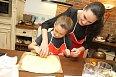 Kurz vaření si užívají i děti.