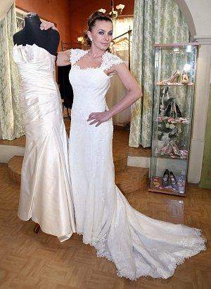 Herečce to ve svatebních šatech sluší, co říkáte?!
