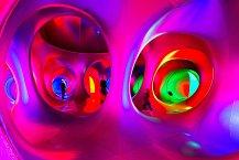 Neobvyklá atrakce tvořená labyrintem chodeb plných barev a stínů , to je Luminárium před OC Arkády Pankrác