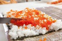 2. Celou plochu rýže potřete červeným kaviárem zlétajících ryb.