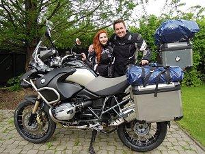 Tomáš Hauptvogel s přítelkyní Monikou vyrážejí na hodně dobrodružnou cestu.