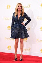 V krátké sukni, která nechala vyniknout její dlouhé nohy, přišla Julia Roberts na předávání cen 'Emmy Awards'.