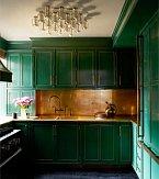 Kuchyňská kombinace mosazných desek a smaragdově zelených skříněk