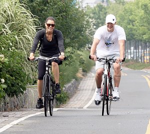 Justin a jeho žena Jessica Biel holdují cyklistice
