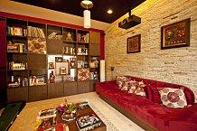Obývacímu pokoji, stejně jako celému domu, dominují přírodní materiály. Místo klasické televize mají projektor.