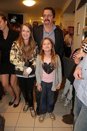 Spisovatel Michal Viwegh se svými dcerami a knírem, který nosil kvůli kampani Movember.