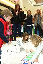 Děti celebrit soutěžily například ve skládání puzzle. Trochu šikovnější byly holčičky.