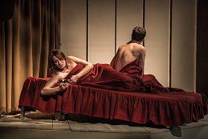 Představení obsahuje mnoho intimních situací