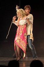 Roman Tomeš na pódiu s Markétou Procházkovou