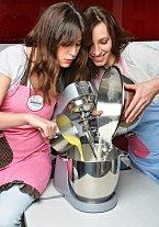 2. Vkastrůlku si připravíme vlažné mléko a rozpustíme vněm máslo, přidámenakrájený marcipán, žloutky a rum. Vše promícháme s připravenou směsí mouky na vláčné, ale pružné těsto, které ještě na 10 minut vložíme do kuchyňského robotu a násadou tvaru K mí