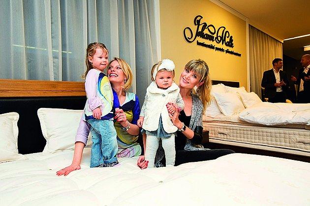 Holčičky. Jasmínka (dcera Kristiny Kloubkové) a Anetka (dcera Ivety Vítové) si dovádění na posteli užívaly.