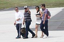 """Mel na letišti fanouškům jen zamával a řekl """"Hello""""."""