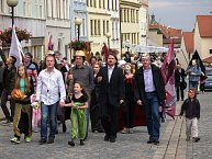 Zahajovací průvod – v čele Pavel Šporcl s dcerami a prezident festivalu Jiří Ludvík.
