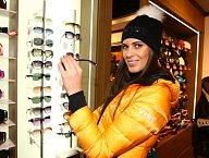 Před lyžováním si Aneta nejdříve vybrala vhodné doplňky.