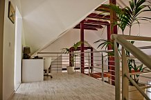 Patro není oddělené od zbytku interiéru zdí a, a tak působí celý prostor velmi prostorně.