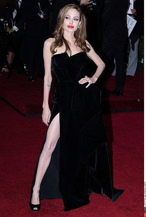 Tato póza Angeliny Jolie sází právě na nohy. Konkrétně na jednu.