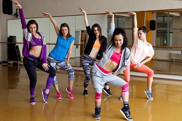 Děvčata propadla tanci pod vedením známé tanečnice Leony Qaši Kvasnicové ve studiu Dance Perfect