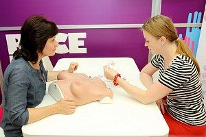 Mladá herečka se dozvěděla, jak si správně vyšetřit prsa.