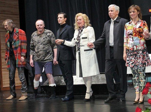 Ve hře Les V inscenaci se objeví také Igor Bareš, Vladislav Beneš, Vladimír Javorský a mladé posily souboru Pavla Beretová, Igor Orozovič a Filip Kaňkovský.