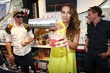 Bendová za barem sázela hlavně na pěkně vypadající lahve. Výsledný drink si pochvalovala.