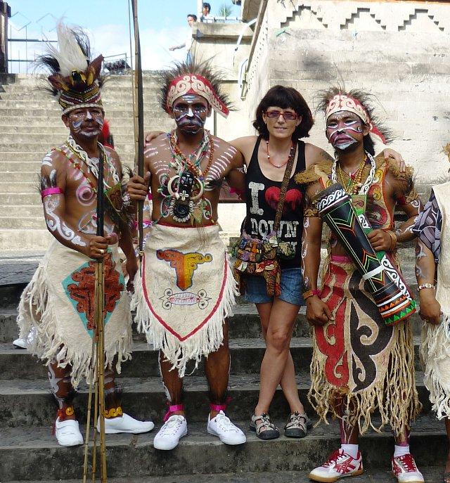 Šárka s válečníky z ostrova Papua-Nová Guinea