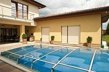 U krytého bazénu je schován zahradní gril, v létě tráví rodina většinu času venku.
