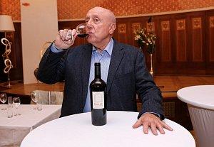 Felix Slováček platí za znalce vína.