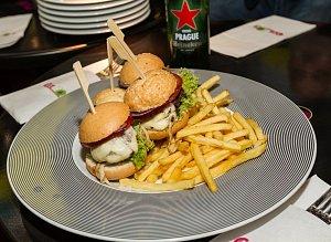 Americké speciality v Cafe 80's reprezentovaly šťavnaté minihamburgery.