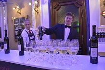 Hosté celý večer plesali nad lahodným vínem.