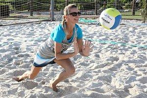 Iva Jirešová v akci při plážovém volejbale.