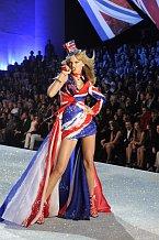 Na své vystoupení oblékla tříbarevné minišaty se vzorem britské vlajky s vlečkou