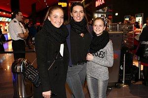 Lucie Králová dorazila v doprovodu dcery Jiřího Šlégra Jessiky (vlevo) a její kamarádky.