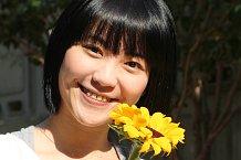 Místní dívka se slunečnicí