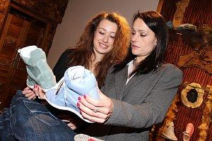 Herečku a její dceru Anežku zaujaly mimo jiné i tyto tenisky, které jsou aktuálním módním hitem.