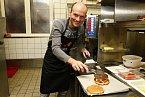 Dalibor Gondík se v kuchyni umí sakra otáčet.