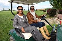 Mahulena Bočanová s Lejlou Abassovou na golfovém turnaji