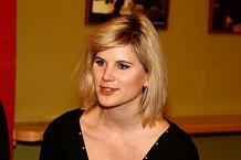 Dramaturgyní hry Pět ve stejných šatech je dcery Elišky Balzerové Adéla Šotolová.