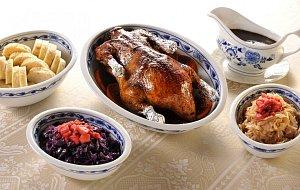 Vánočnímu menu v restauraciŽofín Garden, o které jsme psali nedávno, vévodí dozlatova vypečená kachna.
