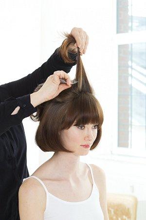 Vrchní část vlasů natupírujte směrem dozadu k temeni, tak účes získá výšku a objem.