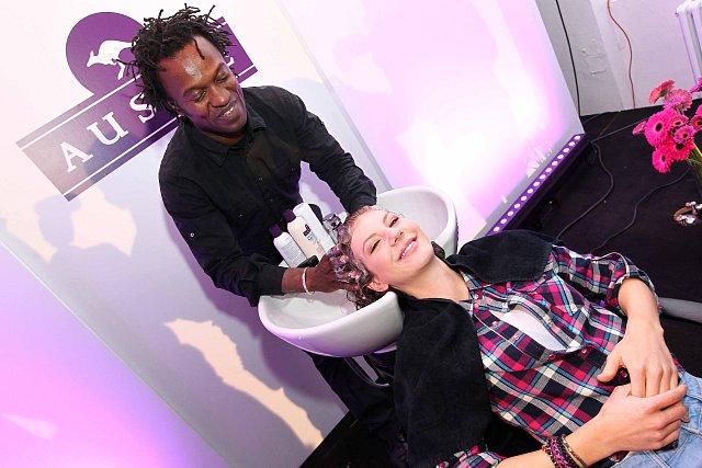 Na akci v atelieru Stolen si Lenny nechala vlasy odborně umýt a ošetřit