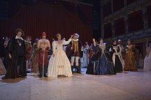 Zlatým hřebem večera byla divadelní fashion show Salve Shakespeare, kde se v dobových kostýmech objevila řada známých tváří, včetně Gábiny Partyšové.