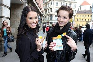 Monika Leová s Gábinou Kratochvílovou se do prodeje žlutých kvítků aktivně zapojily.