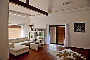 Obývací pokoj je světlý, vzdušný a přímo láká k odpočinku nebo hraní společenských her.
