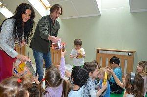 Duchoslav známý jako Viky Cabadaj si s dětmi rychle porozumněl.