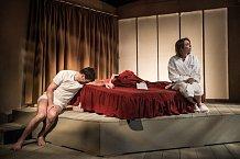 Diváci pý mohou brát hru Zrada jako vztahovou terapii.