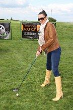 Základem golfu je správný postoj a Mahulena se k tomu rozhodně umí postavit!