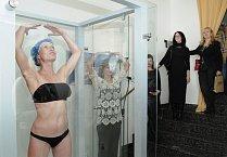 Markéta ochotně předvedla aplikaci opalovacího nástřiku Provocative Beauty na vlastním těle